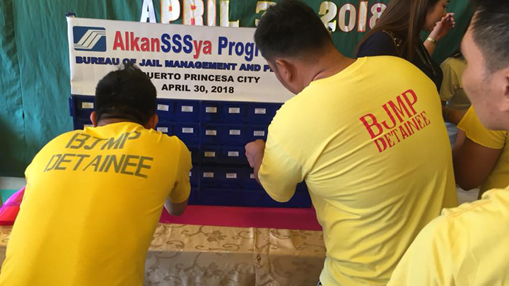 Inmates deposit there contribution during the launching of AlkanSSSya Program launched in April this year. Photo by J/CInsp Lino Soriano