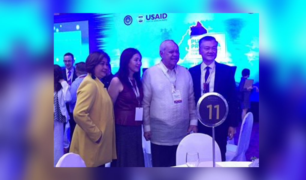 Mayor Lucilo R. Bayron with businessmen during the Investment Forum in Manila yesterday. Photo from Puerto Princesa City Economic and Investment Promotion