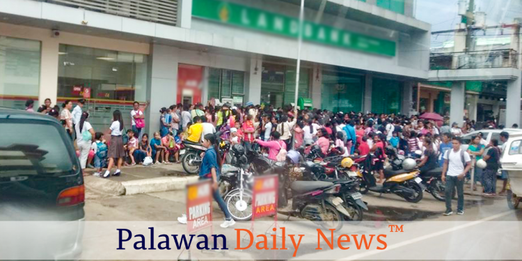 4Ps beneficiaries line up to withdraw at an ATM at Rizal Avenue, Puerto Princesa City. Photo by Eugene Murray/Palawan Daily News
