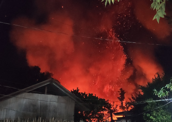The fire in Brgy. Tiniguiban that blazed on Christmas Day 2019 that killed an old lady. Photo by Juan Miguel Omo